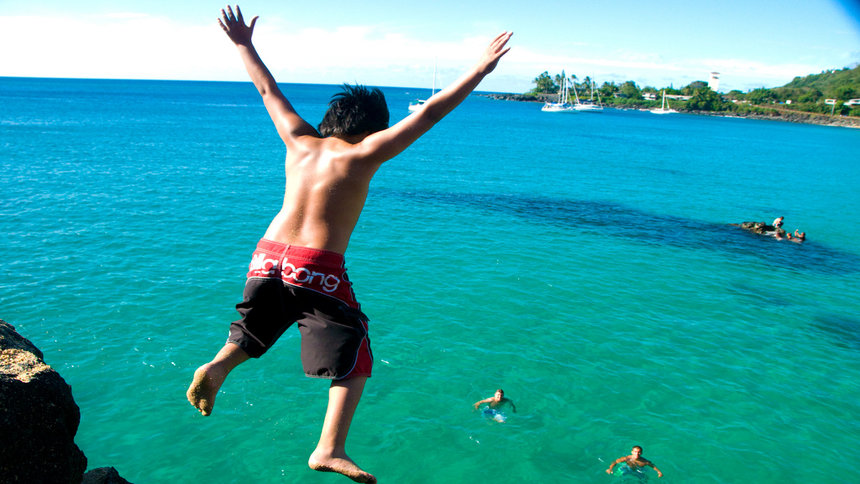 Hawaii cliff jumping