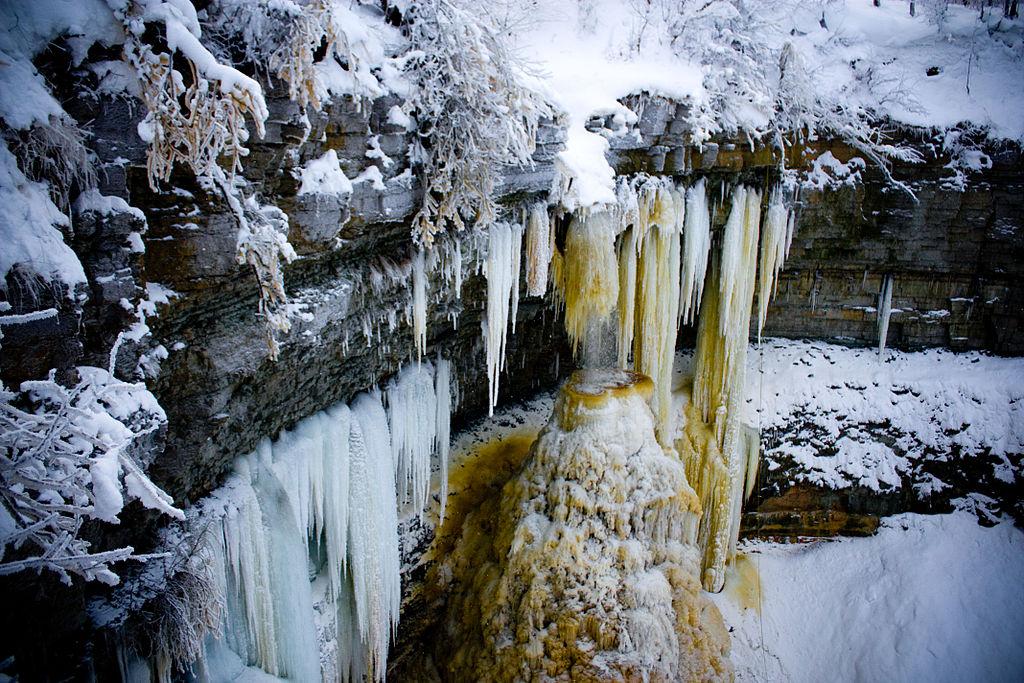 1024px-Valaste_Frozen_waterfall