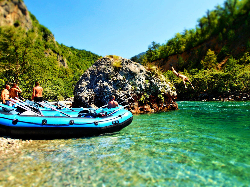 Diving_and_rafting_on_Tara_River_Canyon,_Montenegro-Bosnia_border_(15079927371)