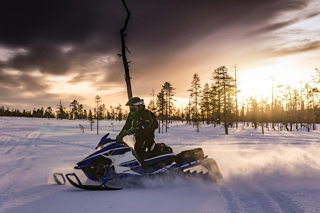 snowmobiles-2035500_1280