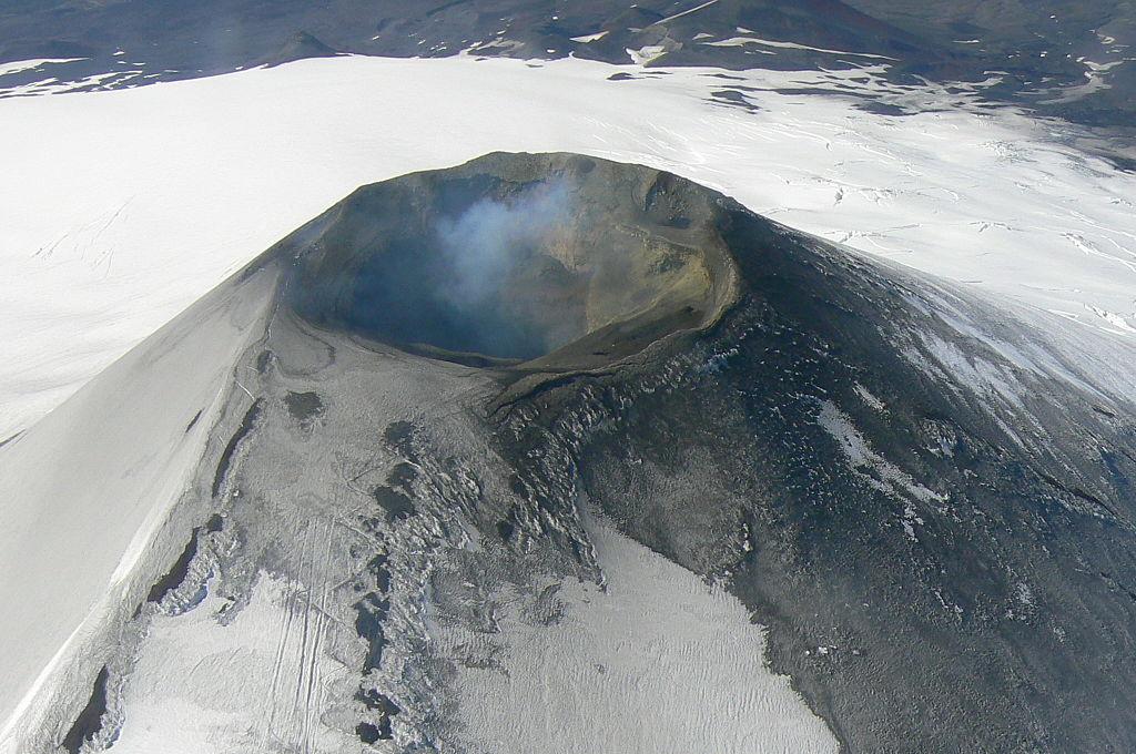 1024px-Villarica_Volcano_(aerial_view)1