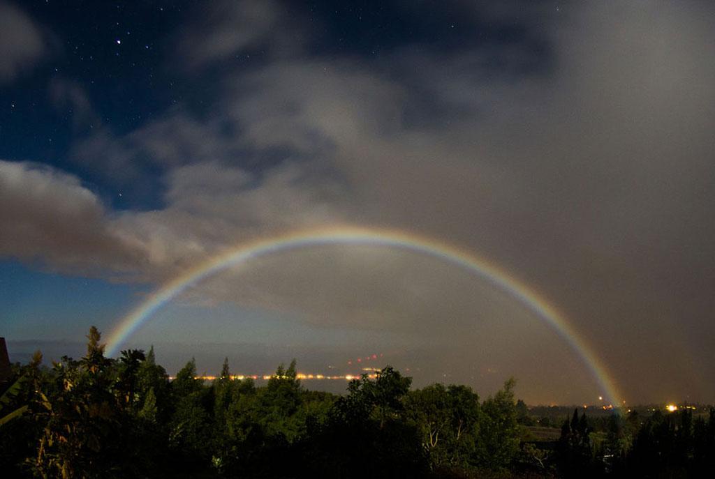 Moonbow,_Kula,_Hawaii.